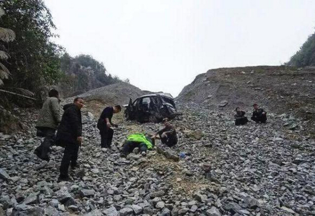 A driver's fatigue driving caused the car to slide off the cliff